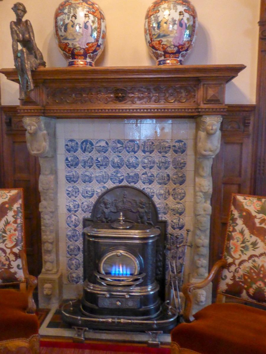 Plaque de cheminée derrière la poêle à bois