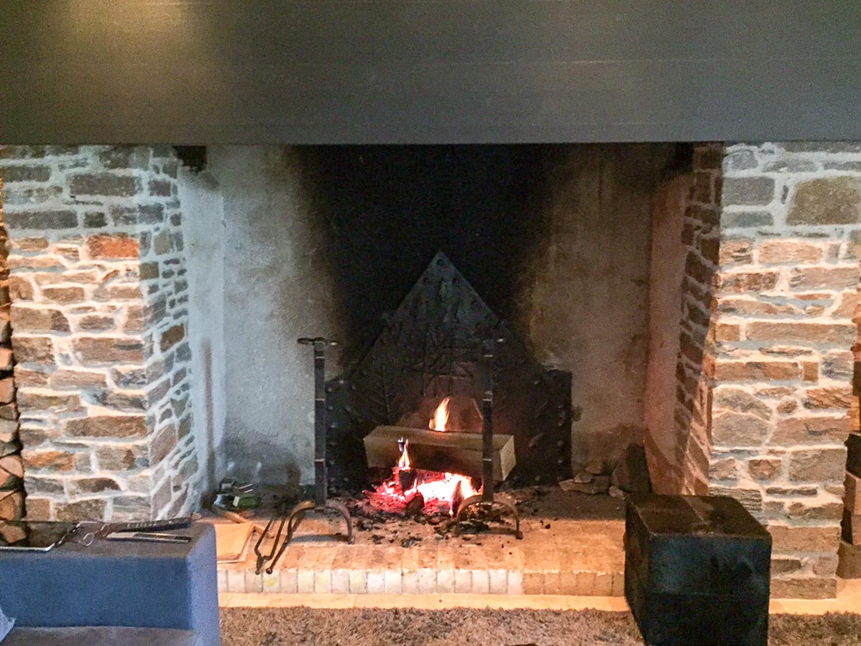 Plaque de cheminée et chenets délivré par https://www.plaque-de-cheminee.fr à Corrèze, Dordogne