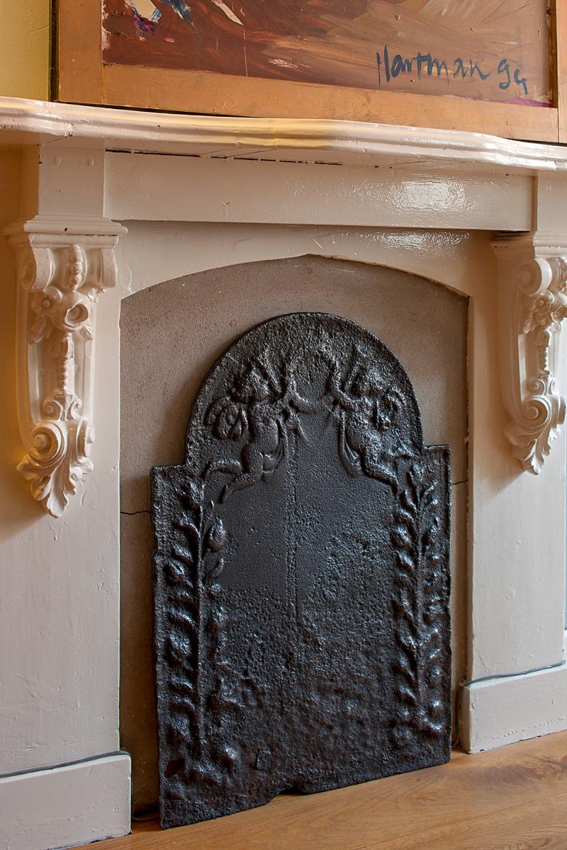 le foyer non utilisé, decoré avec une plaque de cheminée
