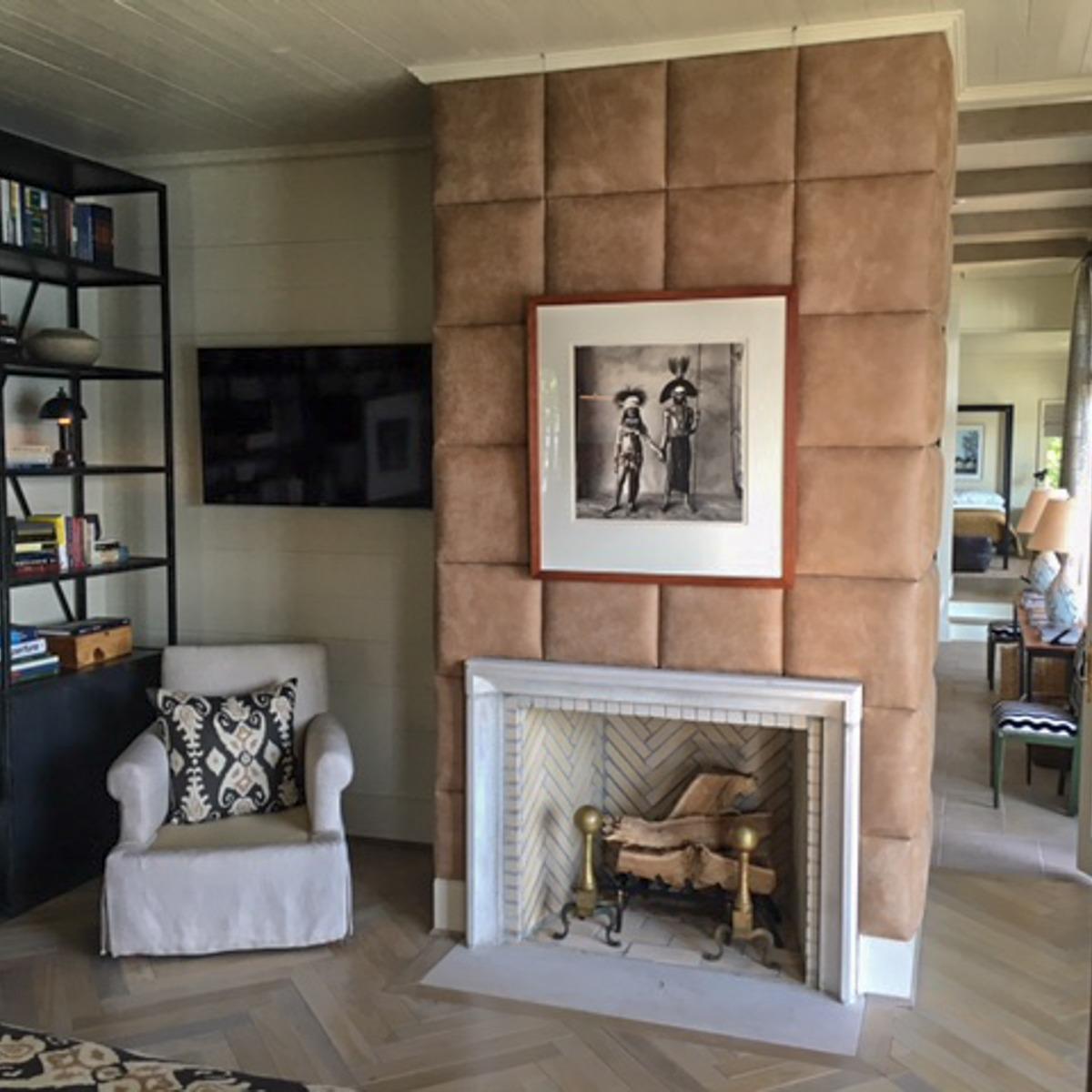 le foyer non utilisé, decoré avec une porte-bûches