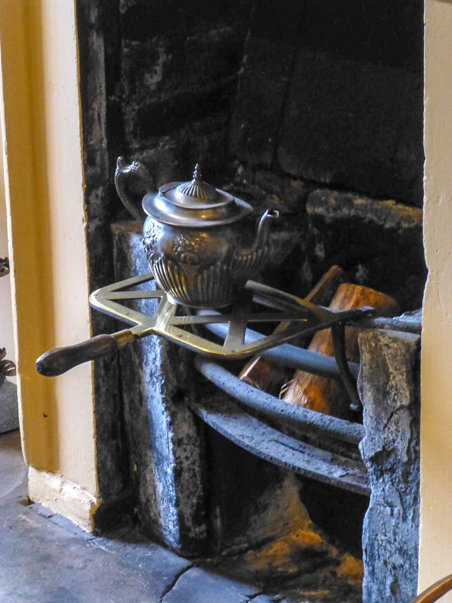 le foyer non utilisé, decoré avec des ustensiles de cuisine anciennes