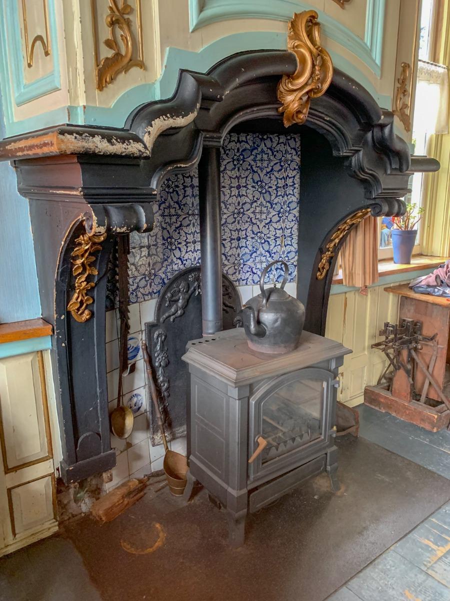 Plaque de cheminée derrière poêle