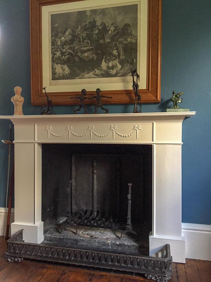 Plaque de cheminée dans un foyer à Sutton