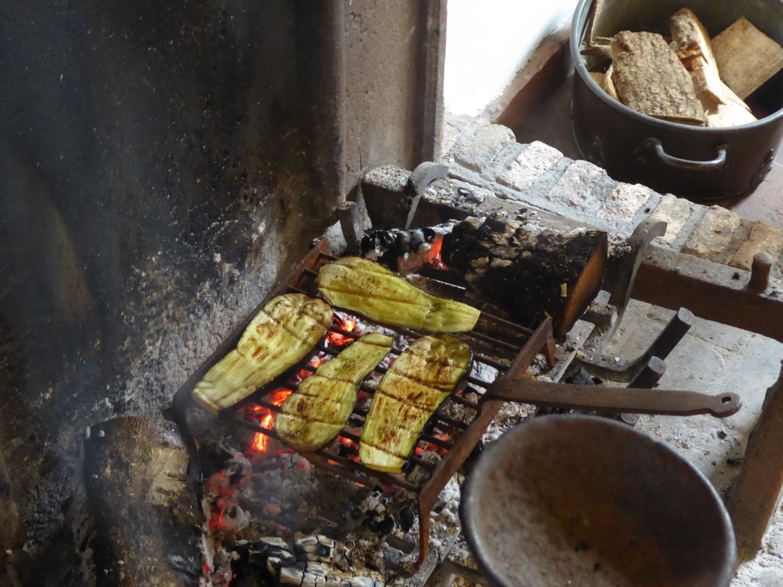 Faire griller les courgettes dans la cheminée