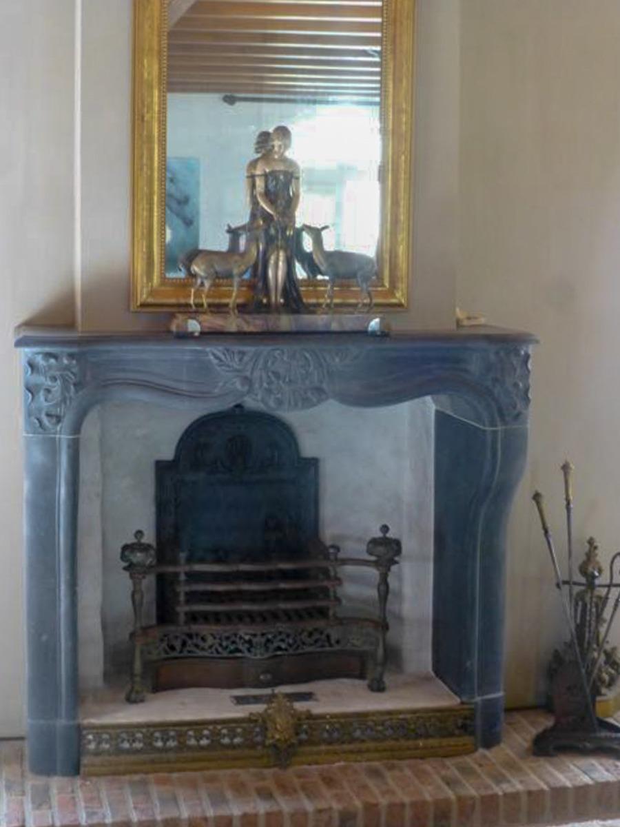le foyer non utilisé, decoré avec des décorations